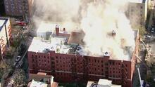 Una puerta abierta fue la causa de propagación del incendio masivo en Queens que dejó 21 heridos