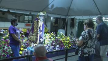 Cientos de cubanos llegan al este de Hialeah para venerar a San Lázaro a vísperas de su día