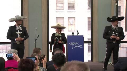 """Un orgulloso joven policía Mexico-americano de Chicago canta en el festival, México en el CorazónNuestro Aureliano Salgado estuvo en una conferencia de prensa para presentar esta canción que se convertirá en el """"ADN"""" del festival, México en el Corazón."""