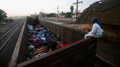 Agotador viaje en el tren 'La Bestia' comienza a hacer estragos en la salud de los migrantes de la caravana