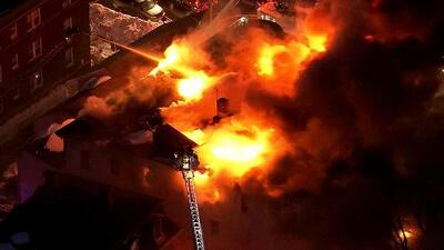En video: El gigantesco incendio que quemó un edificio de 18 pisos en Boston