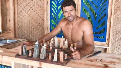 Pedro Moreno es un 'estuche de monerías': también es artesano de madera
