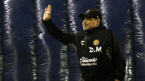 Maradona deja el banquillo de Dorados... para tomar el volante