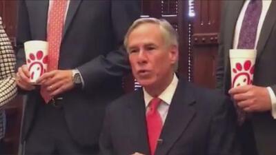 Chick-fil-A anuncia dejará de financiar organizaciones cristianas y gobernador de Texas reacciona en Twitter