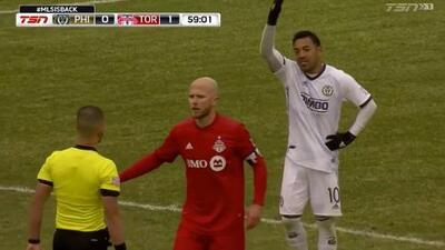 Michael Bradley 'agarra de bajada' a Marco Fabián y el árbitro le perdona la segunda amarilla