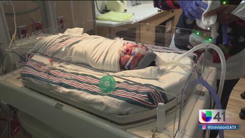 Presentan al primer bebé nacido en esta Navidad en San Antonio