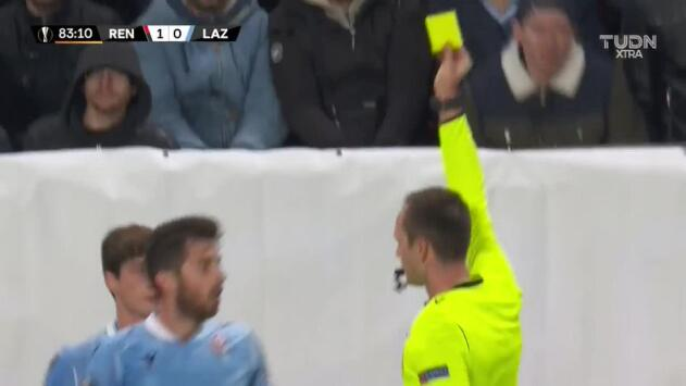Tarjeta amarilla. El árbitro amonesta a Jony de Lazio