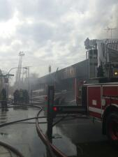 Fuerte incendio en Flea Market al oeste de Chicago
