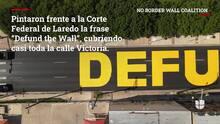Activistas de Laredo pintan mural callejero para protestar contra el muro fronterizo