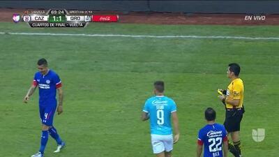 Tarjeta amarilla. El árbitro amonesta a Julio Domínguez de Cruz Azul