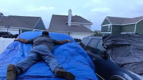 Los vigilantes del tiempo capturaron en vídeo lluvia, relámpagos, y granizo