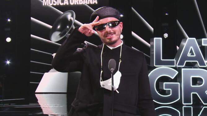 Emocionado, J Balvin recibe el Latin GRAMMY de Mejor Álbum de Música Urbana