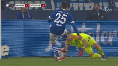 La defensa del Nürnberg está colapsándose en el 2-0 de Schalke