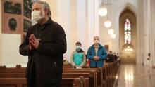 """""""Bienvenidos todos"""": iglesias católicas de Chicago vuelven a recibir a sus feligreses sin restricciones"""