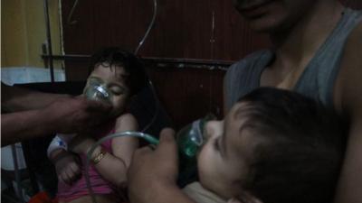 Decenas de personas mueren en un posible ataque con armas químicas en Siria, confirman rescatistas