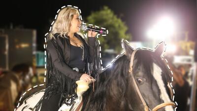 EN FOTOS: Chiquis Rivera llegó a caballo para presentar su disco 'Entre Botellas'