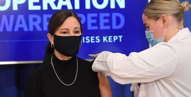 Mientras los más vulnerables esperan, los cónyuges de los políticos reciben la vacuna contra el covid-19