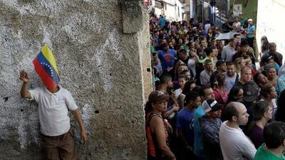 """""""Queremos votar, queremos votar"""", dice la multitud durante las elecciones regionales en Venezuela"""