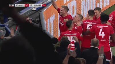 ¡Está en plan grande! Hennings ya marcó su triplete ante el Schalke a instantes del final