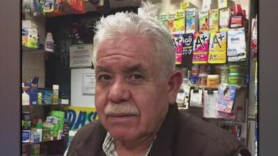 Vecinos dejan flores y velas afuera del negocio de 'Don Pancho' en el barrio de Las Empacadoras tras su asesinato