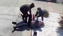 Adolescentes atacan a anciano asiático y minutos después roban a joven latina