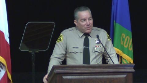 El hispano Alex Villanueva es juramentado como nuevo sheriff del condado de Los Ángeles