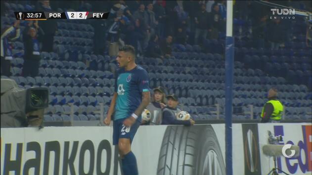 ¡Otro más! Tiquinho simplemente contacta la pelota para regresar la ventaja al Porto