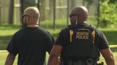 Oficiales de policía disparan y matan a un sospechoso armado al suroeste de Houston