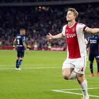 Ajax derrotó al Vitesse y mantiene a raya al PSV