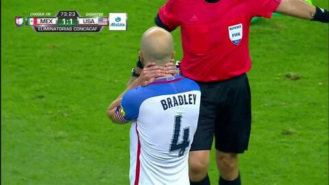 Uyy!! Casi gol. Michael Bradley patea y da en el arco