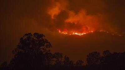 El incendio Thomas continúa ardiendo sin control en el condado de Ventura