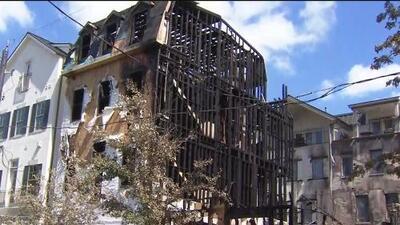 Las llamas de un voraz incendio en Houston se extendieron a cinco edificios y dejaron a un bombero herido