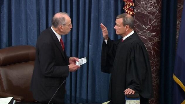 El momento en que los senadores se constituyen oficialmente en el jurado para el juicio político de Trump