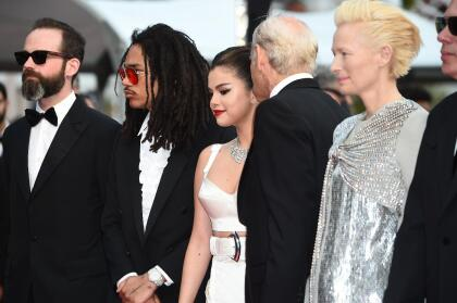 """Selena Gómez, al centro, presentó en el festival la cinta  <b><a href=""""https://www.youtube.com/watch?v=2f28CzL6WUw"""" target=""""_blank"""">'The Dead Don't Die'</a></b>, en la cual comparte con el productor Carter Logan (extrema izquierda), Luka Sabbat, Bill Murray y Tilda Swinton, entre otros."""