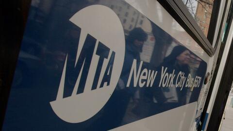Un hombre le lanza orina en la cara a dos conductoras de autobuses de la MTA