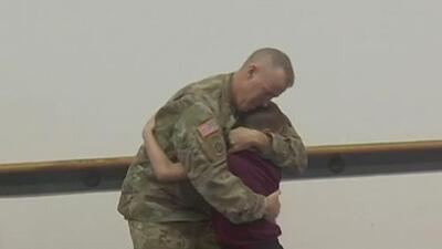 Soldado sorprende a su hijo tras estar lejos por meses y otras tendencias en la red