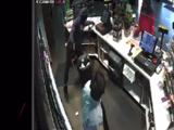 Sospechoso de robo muere tras intercambio de disparos contra un policía en Raleigh