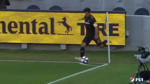 Con su 'bendecida' zurda, Carlos Vela sirve la pelota para el primer gol del LAFC