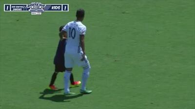 Gio dos Santos juega contra 30 niños al mismo tiempo y hace un golazo