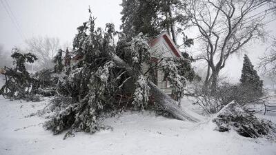 Accidentes, viviendas destruidas y vuelos cancelados: los estragos del 'ciclón bomba' que afecta el centro de EEUU