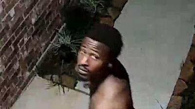 Hombre desnudo toca el timbre de una casa ubicada al suroeste de Houston y sale huyendo
