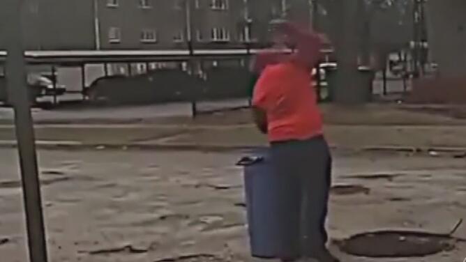 Adolescente decide reparar los 50 baches de la calle donde se dañó el carro de su madre y las autoridades reaccionan