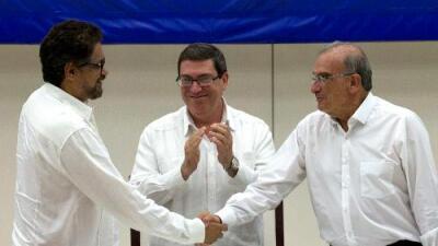 Anuncian histórico acuerdo de paz entre el gobierno de Colombia y la guerrilla de las FARC