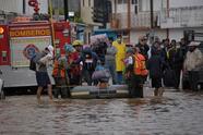 MEX261. SAN CRISTÓBAL DE LAS CASAS (MÉXICO), 06/11/2020.- Policías estatales evacuan a familias de la zona inundada este viernes, en el municipio de San Cristóbal de las Casas, en el estado de Chiapas. Las lluvias del ciclón Eta y el frente frío número 11 han dejado al menos 80.000 afectados y 12 muertes hasta este viernes en el sureste mexicano, dos por ahogamiento en Tabasco y el resto por derrumbes en Chiapas. EFE/Carlos López