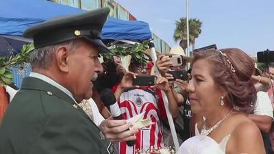Un veterano de guerra deportado de EEUU elige el muro fronterizo como escenario para su boda
