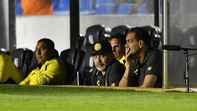 Maradona se quedó 'guardado' en su banca en su primer partido contra un club de Liga MX