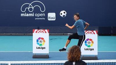 Muguruza y Puyol dan exhibición de fútbol-tenis en el Miami Open