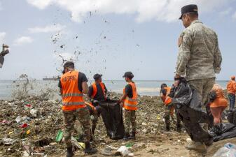 📷 800 toneladas de basura llegaron a una playa dominicana: así limpian las 'olas de plástico'