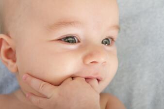 Mordederas de goma, cero medicamentos y mucha paciencia: cómo aliviar los dolores de encías en tu bebé