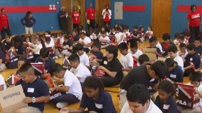 Decenas de niños de bajos recursos de una primaria del Distrito Escolar de Dallas reciben zapatos nuevos